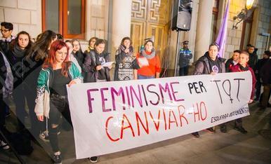 Concentració feminista a la plaça del Mercadal