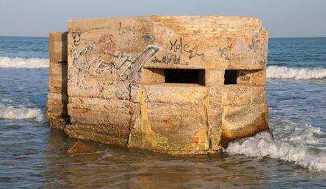 Detall d'un dels nius de metralladora de la platja de l'Estanyet de les Cases d'Alcanar. Imatge del 17 de febrer de 2017