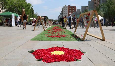 Pla obert de la plaça de la Llibertat de Reus amb l'acció 'Una rosa per la Llibertat'. Imatge del 27 de maig de 2017