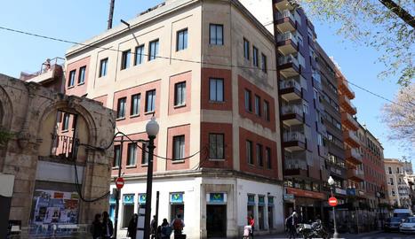 Immoble de la Rambla Nova que durant vàries dècades va ser la seu de Telefònica a Tarragona.