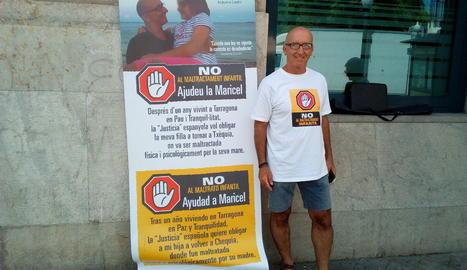 L'Antoni Miquel, al costat de la pancarta que portarà cada matí a la cantonada de la Rambla Nova.