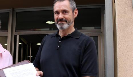 Pla mig de l'advocat Eusebi Campdepadrós, militant republicà que encapçala la llista de JuntsxCat a Tarragona el 21-D, en una imatge d'arxiu davant dels jutjats de Valls, el juliol del 2017