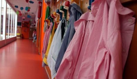 Imagen de archivo de batas colgadas en una guardería.