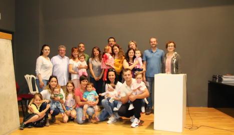 Fotografia de família dels pares i els nens que han rebut el xec nadó.