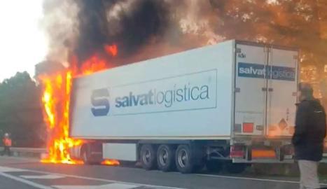 Imatge del camió incendiat.