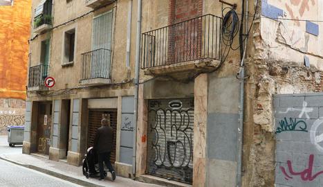 El número 24 de la calle Sant Esteve había acogido anteriormente, según denuncia el vecindario, ocupas.
