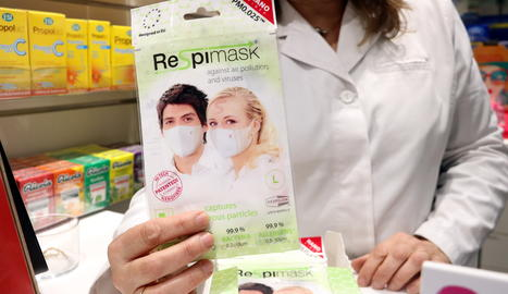 Una de las pocas mascarillas que quedan en la farmacia Noguera de Girona después de que la mayoría de ellas se hayan vendido a causa del coronavirus.