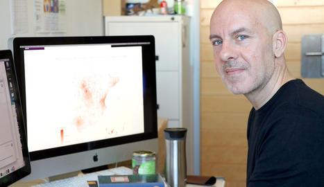 Àlex Arenas, investigador del grupo de investigación Alephsys Lab de la URV, con una pantalla en el fondo con el mapa del estado español.