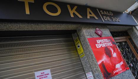 Una casa d'apostes i de jocs d'atzar tancada a causa de l'Estat d'Alarma decretat pel govern espanyol per aturar el coronavirus.