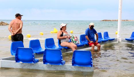 Tres bañistas utilizando la nueva área para personas con movilidad reducida.