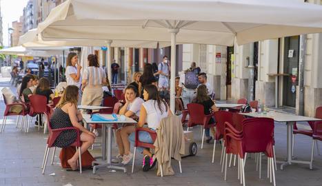 Terrasses del carrer Lleida, on s'han prohibit les actuacions musicals per no complir les normes.