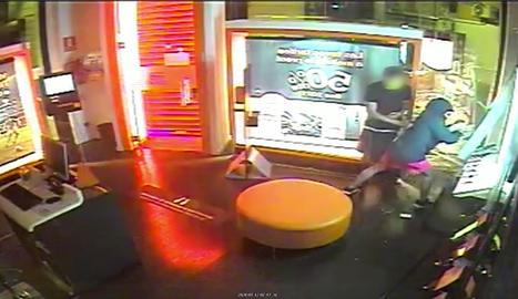 Imagen de las cámaras de seguridad de uno de los establecimientos donde robaron.