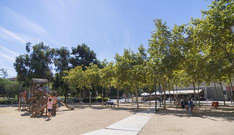 Imagen general de la plaza Antoni Correig y Massó y el parque infantil que será reformado próximamente.