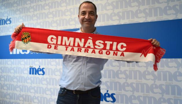 Jordi Vila amb la bufanda a la redacció de Diari Més.