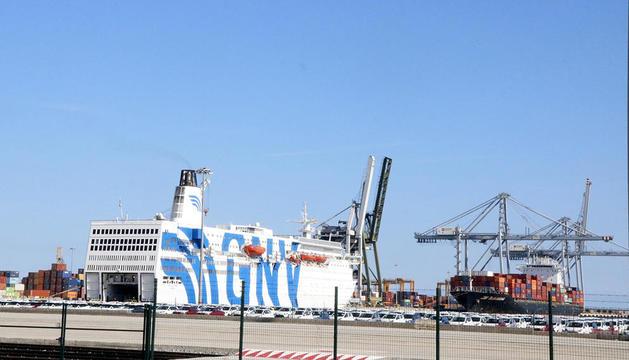 El crucero GNV Azzurra, atracado en el Muelle de Andalucía del Puerto de Tarragona.