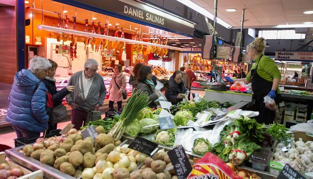 Algunas de las paradas|puestos en el interior de las instalaciones del Mercado Central de Reus, ayer.