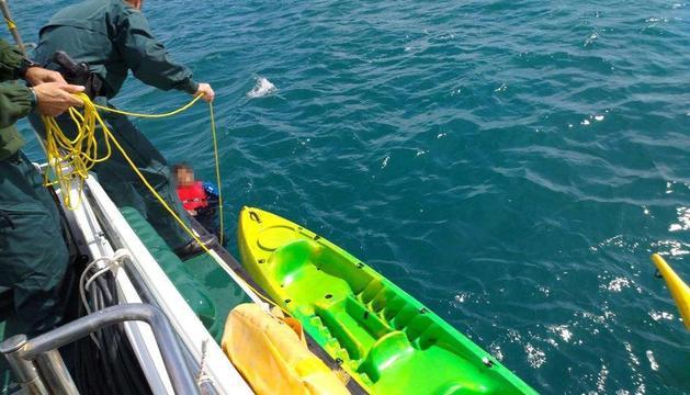 La Guardia Civil, rescatando a uno de los tripulantes.