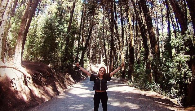 Marina sonríe en uno de los pulmones verdes de Concepción, el Cerro Caracol.