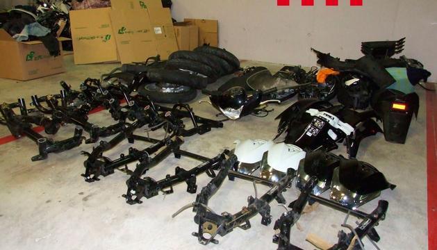 Els agents van localitzar al pàrquing de la casa una motocicleta desballestada