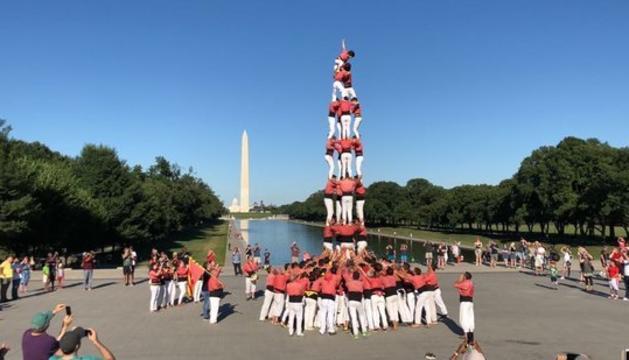 La Vella dels Xiquets de Valls davant del Lincoln Memorial, on ha descarregat un castell -un 4 de 8- amb el Washington Monument i el Capitoli de fons.