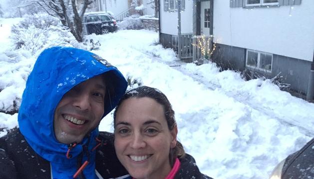La enfermera, Sandra Ortiz, con su marido, en las puertas de su casa, en Mariestad.