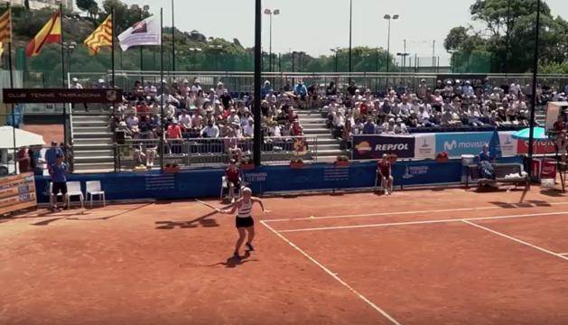 El vídeo mostra imatges dels partits de tennis, així com també dels entrenaments o les estones de descans dels esportistes.