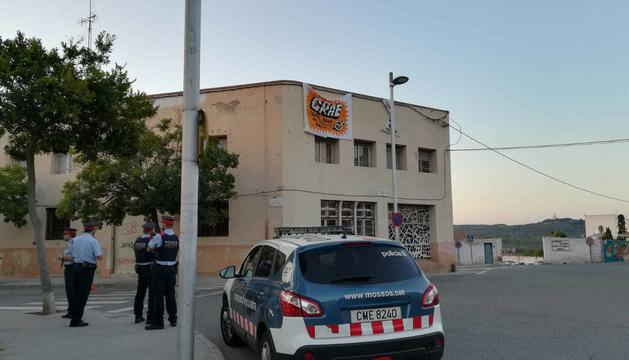 Els Mossos d'Esquadra i la Guàrdia Urbana es troben a la zona per mediar el seu desallotjament