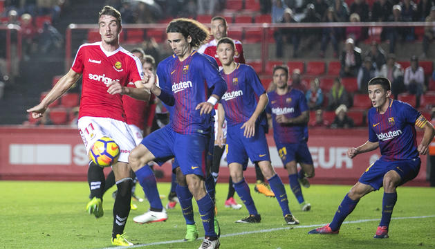 A la dreta de la imatge, Sergi Palencia, durant el Nàstic-Barça B de la temporada passada al Nou Estadi.