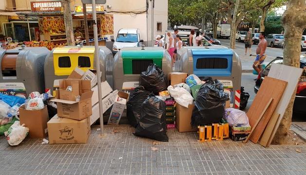 Imatge difosa a les xarxes socials de l'illa de contenidors del carrer de Terol de Salou.