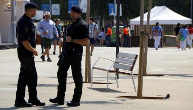 Dos agents dels Mossos d'Esquadra, un d'ells amb arma llarga, a l'interior de l'Anella Mediterrània de Tarragona.