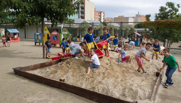Una imatge d'arxiu d'alumnes jugant al pati de l'escola a l'inici del curs 2017-2018.