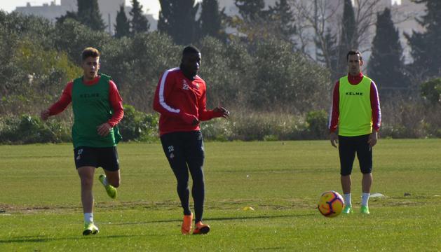 Alfred Planas, Karim Yoda (sense fitxa) i Miguel Linares durant l'entrenament d'ahir amb la resta de companys.