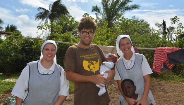 Ramon Llorens, acompanat de dos misioneras y dos niños.