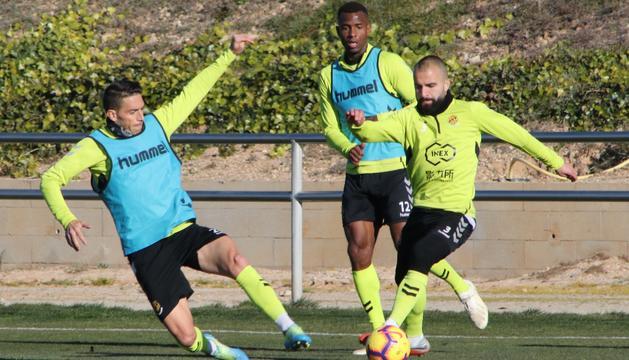 David Rocha, a l'esquerra de la imatge, durant un entrenament amb el Nàstic aquesta temporada.
