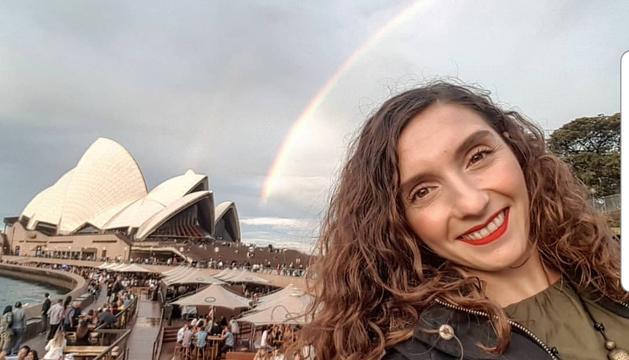 Maria Bellmàs, amb la Casa de l'Òpera de Sydney al fons.