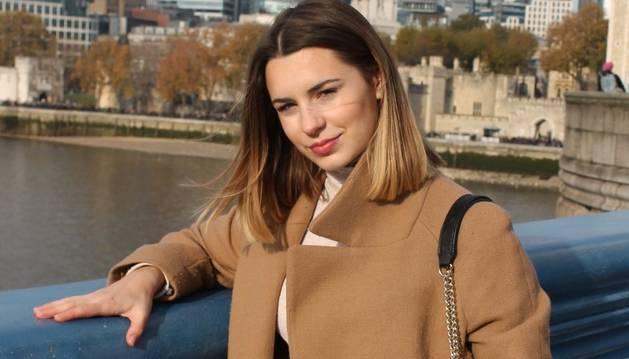 Isabel Sugrañes amb vistes de fons a la City de Londres.
