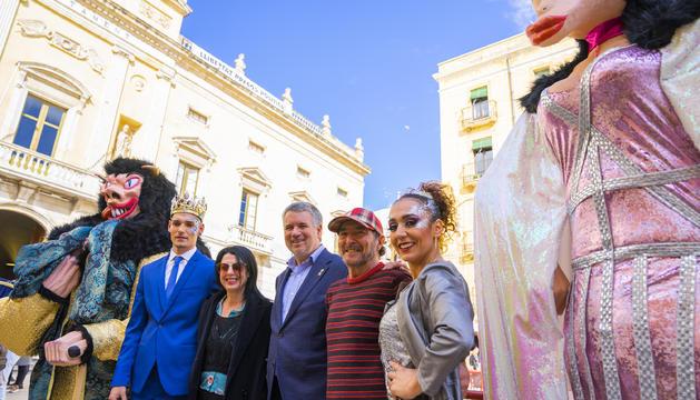 El Ninot, la Ninota, el Rei i la Concubina d'aquest Carnaval, acompanyats de l'alcalde Ricomà i en Pere Estadella i la Jordina Ros.