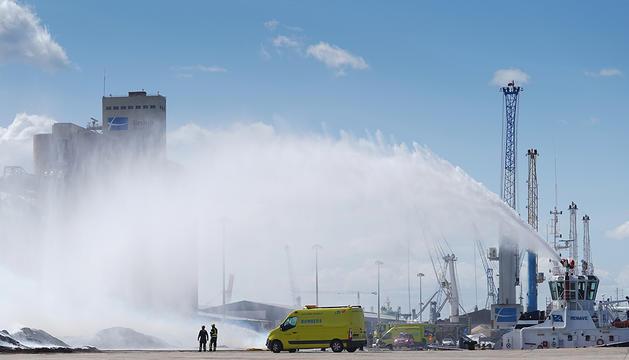 Efectivos de los bomberos en las tareas de extinción de un incendio en el Puerto de Tarragona.