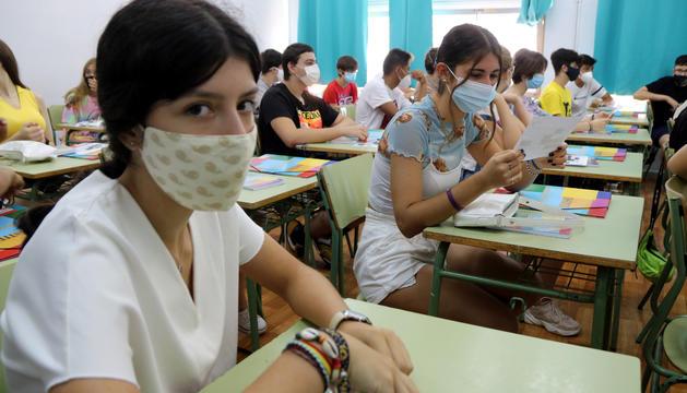 Dos alumnas de un instituto de Tarragona, con mascarilla, en una sesión de tutoría.