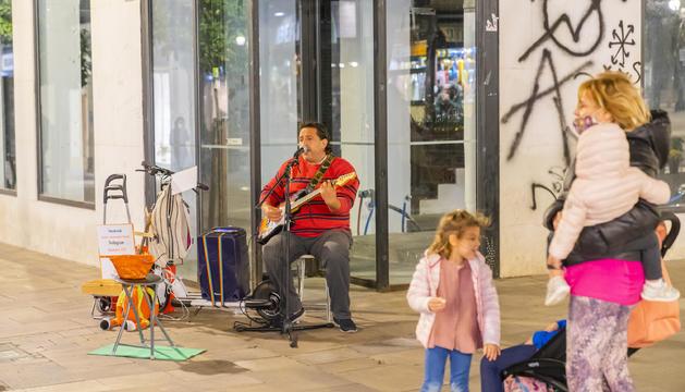 D James es un músico que toca en la calle y que es mediador voluntario entre el sector y los vecinos.