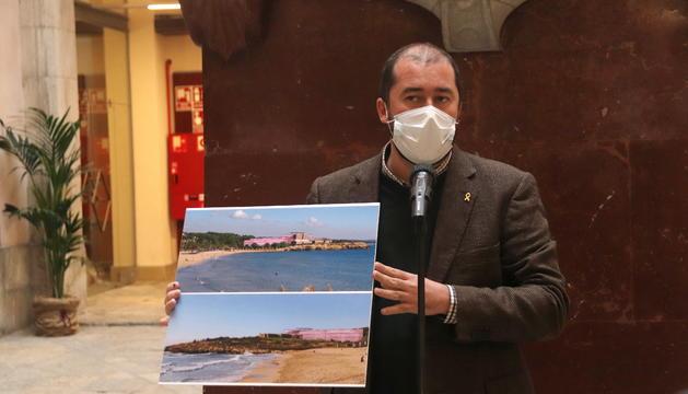 Pla mitjà del conseller de Territori de Tarragona, Xavier Puig, mostrant dos dissenys de com podria quedar la Savinosa si tirés endavant el projecte aprovat per la Diputació.
