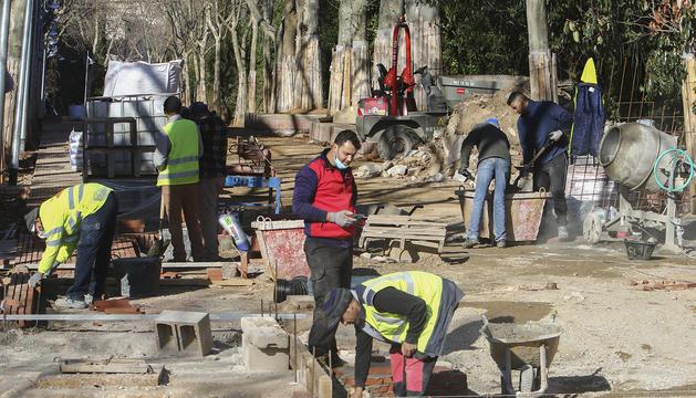 Algunos trabajadores dando forma al paseo, a principios de la semana pasada.