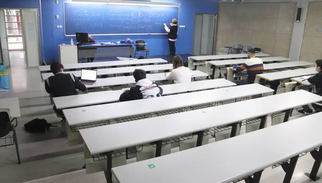 Una de las aulas de la facultad de Economía y Empresa de la URV, con alumnos de primero.