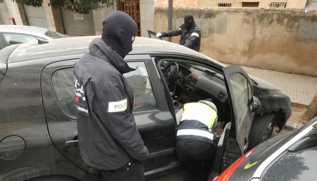 El detingut efectuava les vendes de droga al portal de casa seva, a la via pública o mitjançant el seu vehicle.