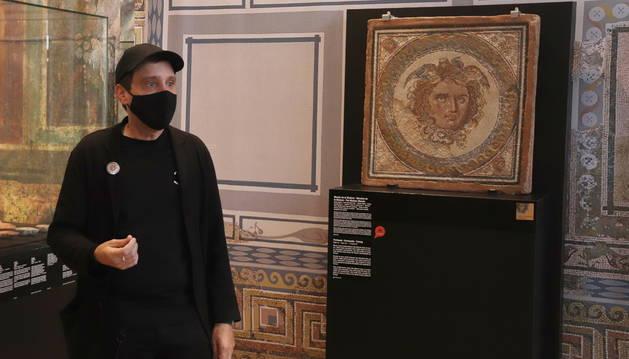 El artista Jordi Abelló, durante la presentación del vídeo al lado del mosaico de Medusa.
