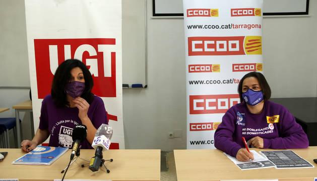 La secretaría de Igualdad UGT de Tarragona, Mar Vázquez; y la responsable de la secretaría de las Mujeres de CCOO, Veronica Rubio, en la presentación de las acciones del 8-M.