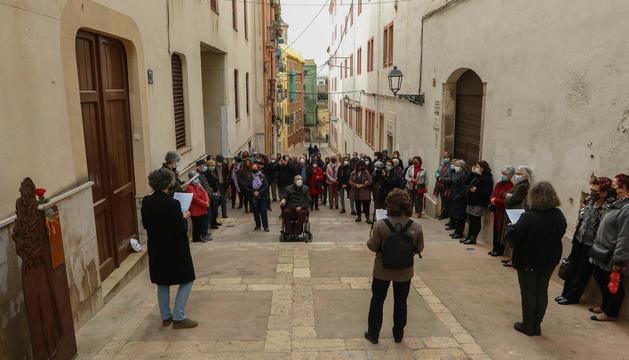 Una cinquantena de persones es van reunir davant de Les Oblates, al carrer del Portal del Carro.
