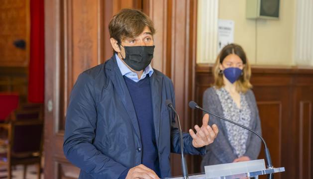 Dídac Nadal i Carla Aguilar durant la presentació de l'aprovació del modificatiu de crèdit.