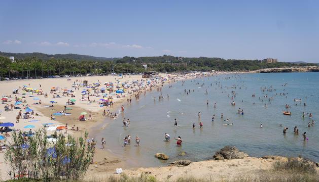 Imatge de la platja de l'Arrabassada, força plena, durant el primer cap de setmana de l'any amb temperatures totalment estivals.