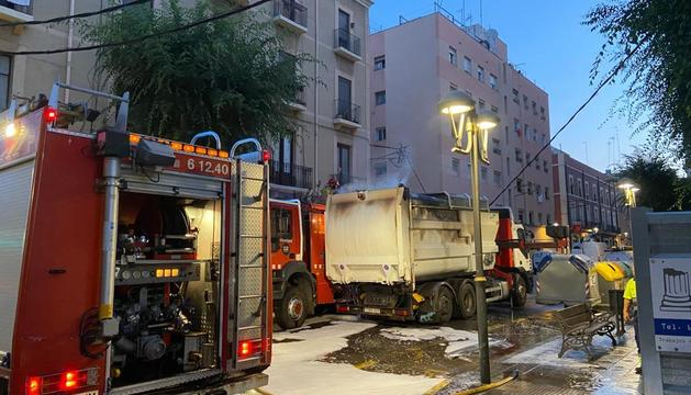 Imagen del camión de basura con el fuego ya apagado por los bomberos.